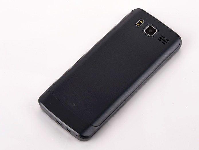 задняя крышка телефона SERVO 9500 плотно сидит на корпусе